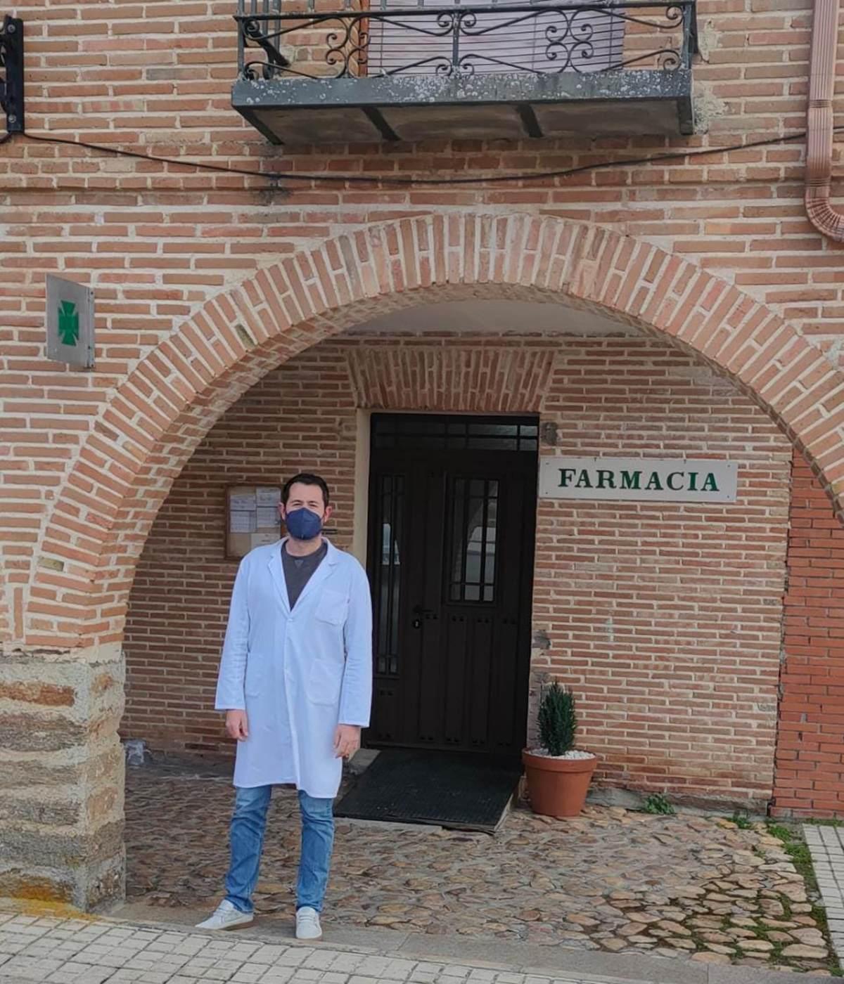 José Luis Sotillo, con farmacia en Saelices de la Sal (Guadalajara), que este año dejó de ser VEC.