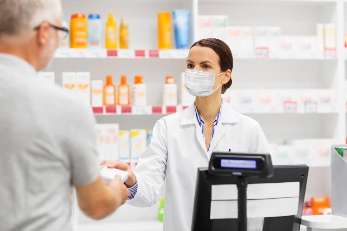 Una farmacéutica, dispensando en pandemia.