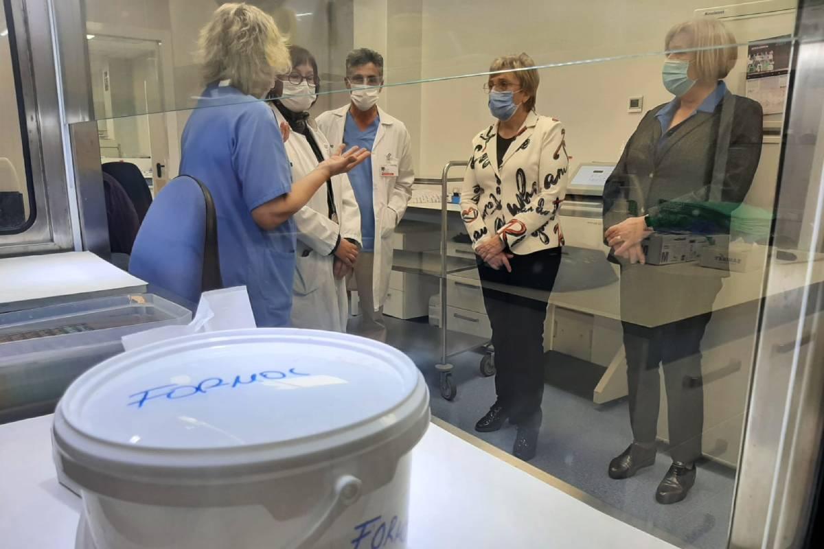 La consejera de Sanidad de la Comunidad Valenciana, Ana Barceló, durante una visita al laboratorio de Anatomía Patológica del Hospital de Elda (Foto: Generalitat Valenciana)