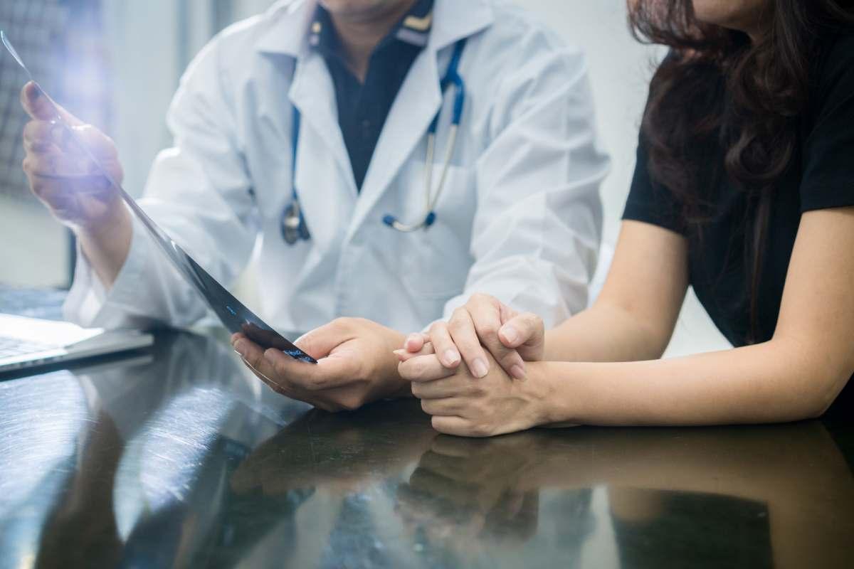 Médico y paciente hablando
