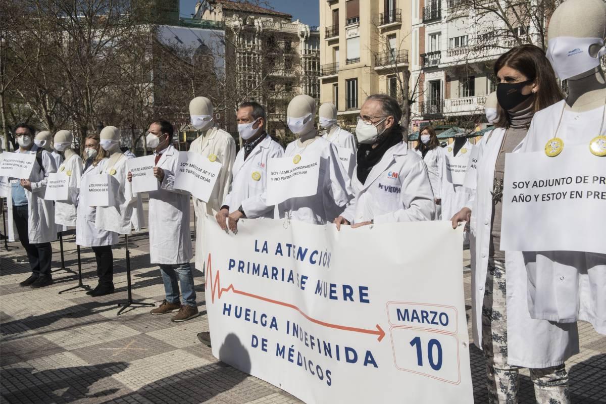 Médicos de atención primaria de Madrid manifestándose frente a la Consejería de Hacienda en el primer día de huelga (Foto: Luis Camacho)