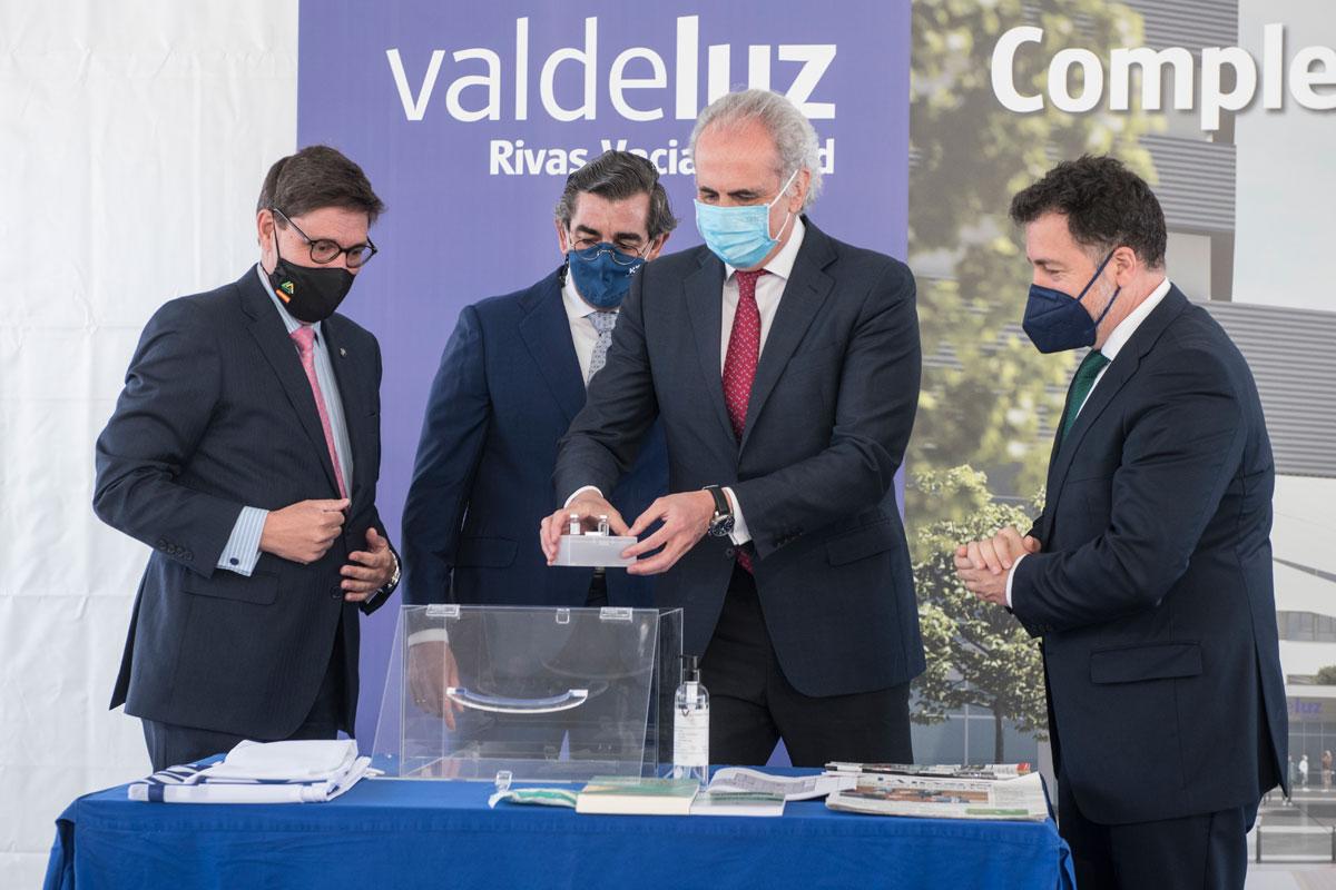 Jaime González Rodr�guez, consejero delegado de Valdeluz Mayores; Juan Abarca, presidente de HM Hospitales; Enrique Ruiz Escudero, consejero de Sanidad de la Comunidad de Madrid, y Pedro del Cura, alcalde de Rivas Vaciamadrid.