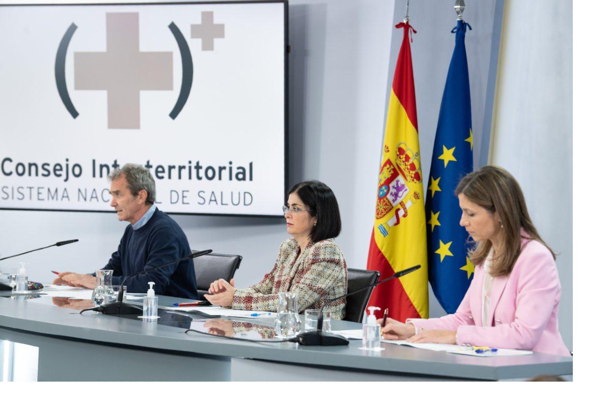 Tras el Consejo Interterritorial, que ha decidido por unanimidad reanudar la vacunación con AstraZeneca, la ministra Carolina Darias ha comparecido acompañada de Fernando Simón, director del CCAES, y María Jesús Lamas, directora de la Aemps.