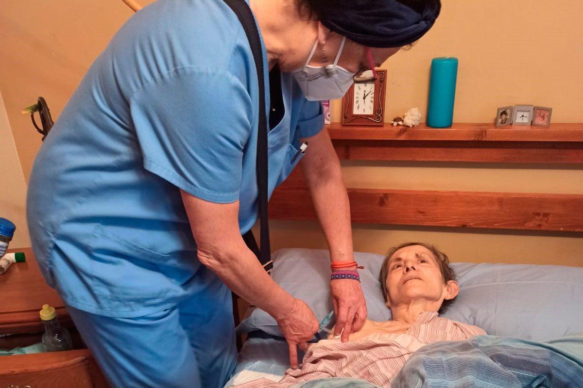 Begoña Barbazán es una enfermera jubilada que acudió a la llamada del Sespa para reforzar la campaña de vacunación frente a la covid-19.