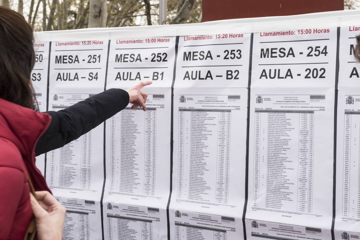 Una candidata consultado las listas de las aulas donde se celebrará el examen MIR 2021 (Foto: Luis Camacho)