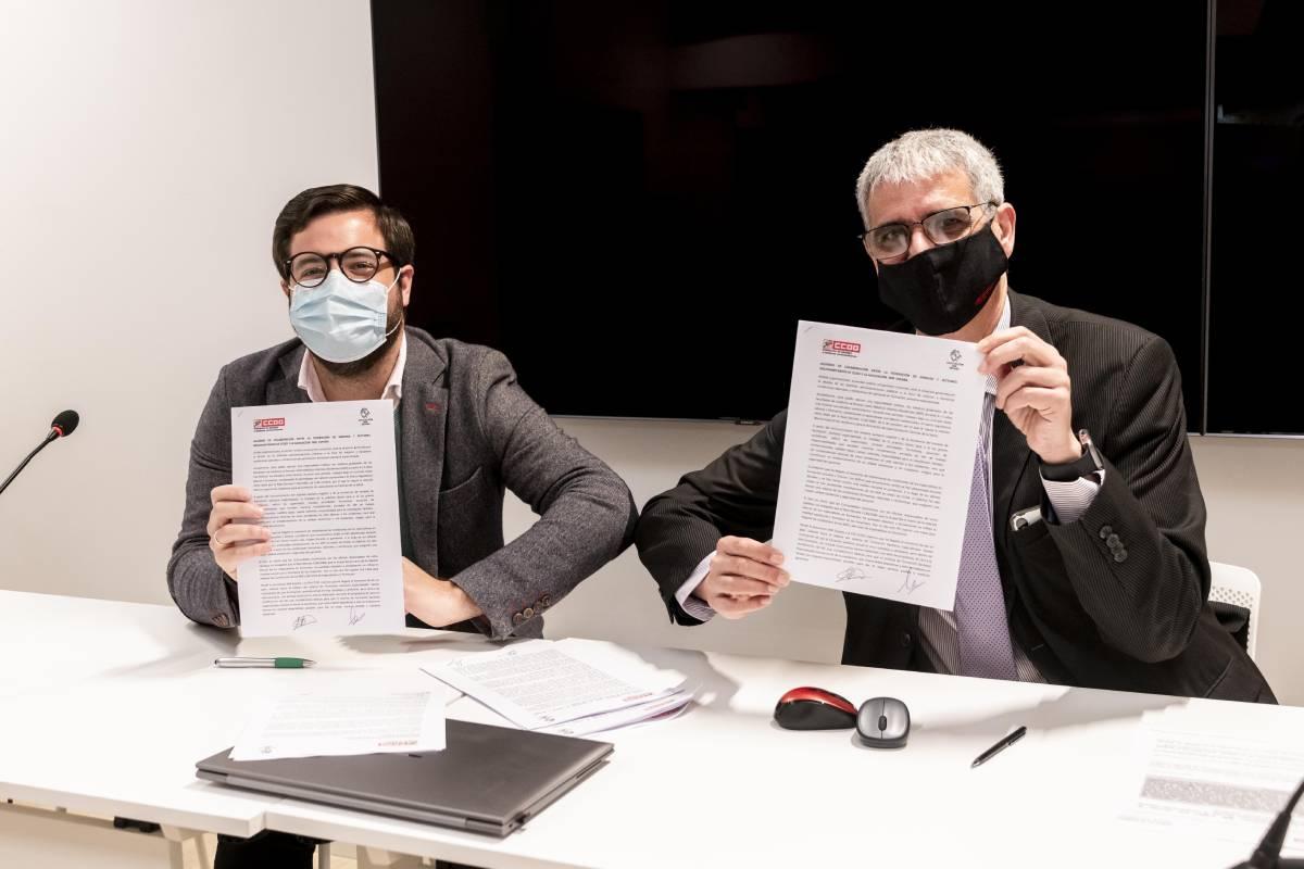 Luis Tejedor, presidente de la Asociación MIR España, y Antonio Cabrera, secretario de Sanidad de CCOO, tras firmar el acuerdo de colaboración para conseguir mejoras para los MIR (Foto: José Luis Pindado)