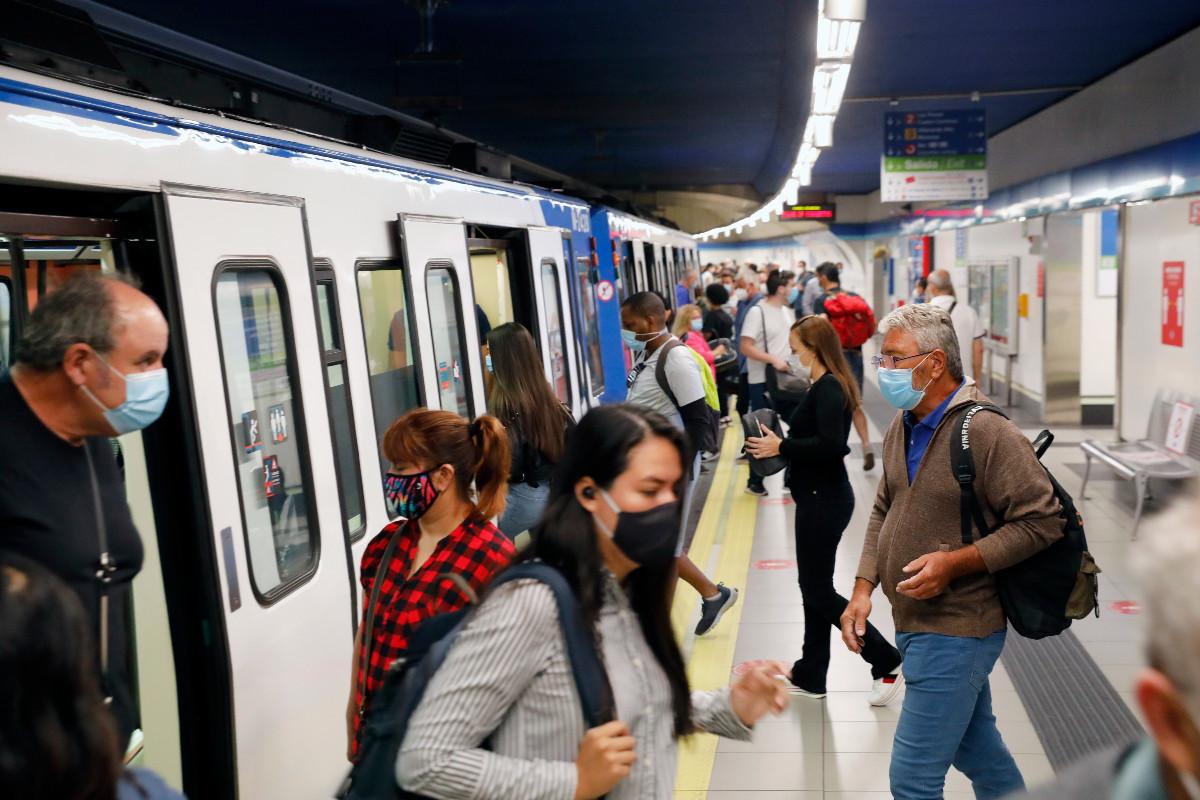 Personas con mascarillas en el metro de Madrid