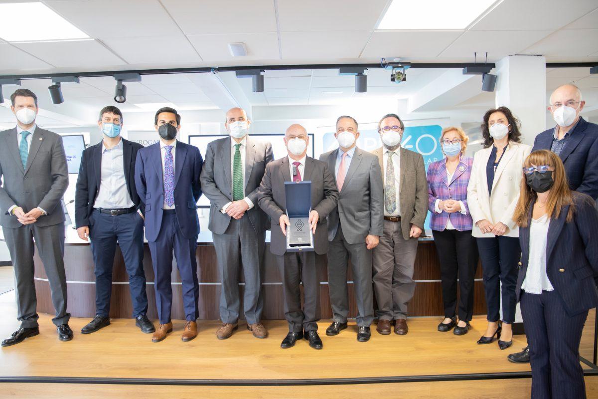 El profesonr Mart�nez Mojica con algunos de los asistentes a la entrega del premio.