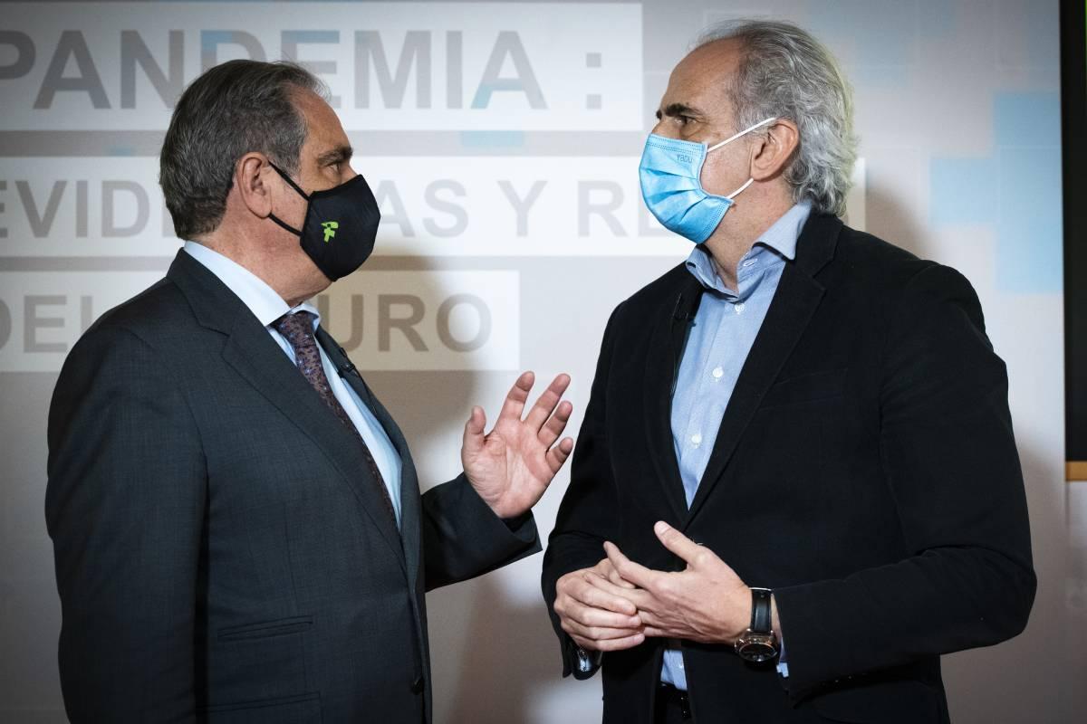 Jesús Aguilar, presidente del Consejo General de COF, y Enrique Ruiz Escudero, consejero de Sanidad de Madrid en funciones. /Mauricio Skrycky