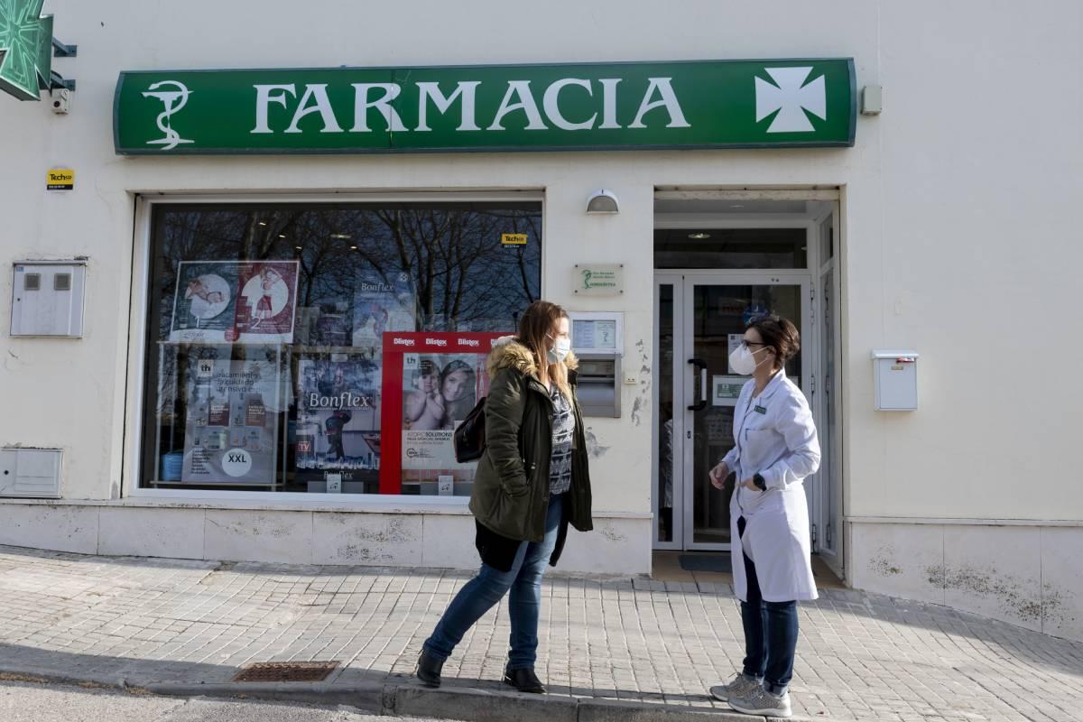 Mercedes Chacón, con farmacia VEC en Taracena (Guadalajara)a, hablando con un usuario en la calle. /J.L. Pindado.