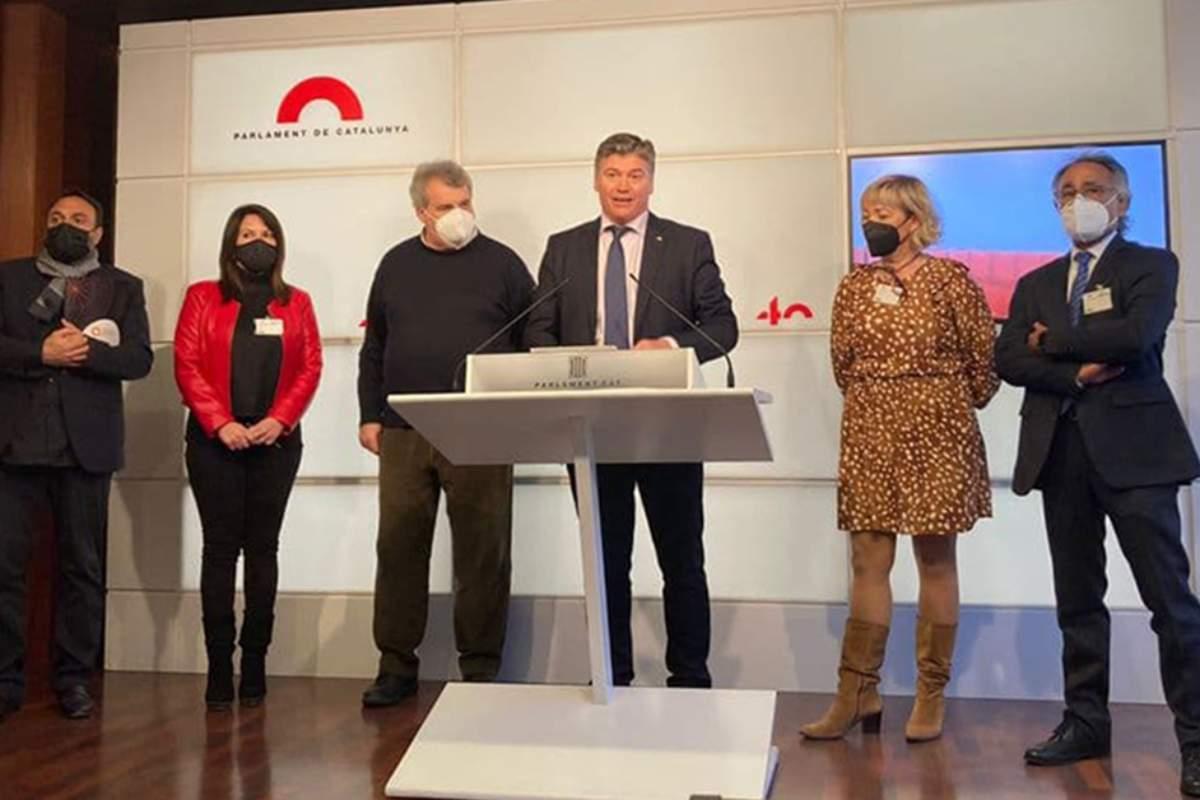 El presidente de la Federación de Asociaciones de Farmacias de Cataluña (Fefac), Antoni Torres,  acompañando al presidente de Pimec, Antoni Cañete, y otros representantes de sectores económicos.