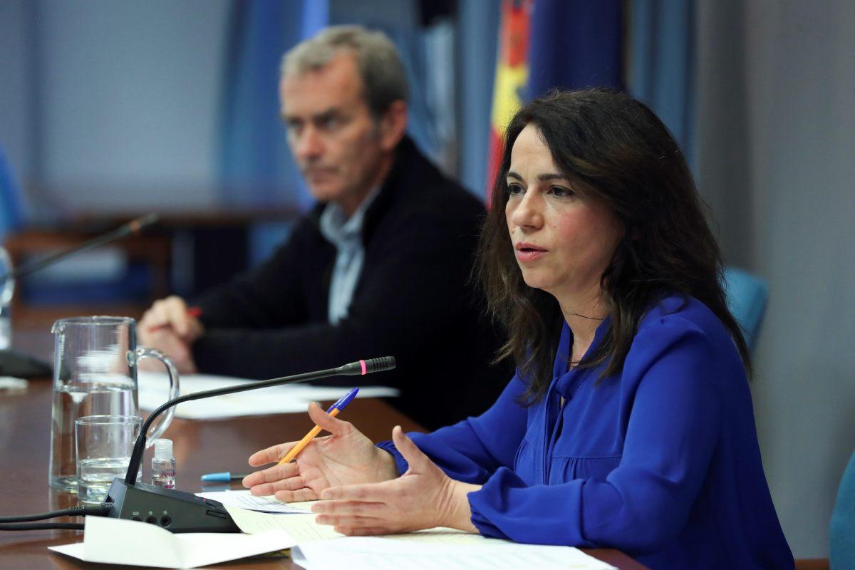 La secretaria de Estado de Sanidad, Silvia Calzón, interviene junto al director del Centro de Coordinación de Alertas y Emergencias Sanitarias, Fernando Simón, durante la rueda de prensa celebrada este jueves.