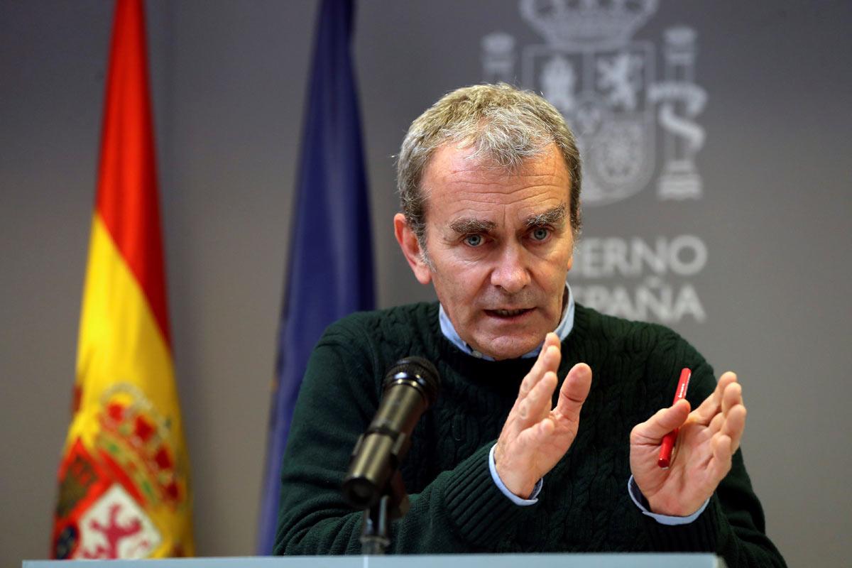 El director del Centro de Coordinación de Alertas y Emergencias Sanitarias, Fernando Simón, durante la rueda de prensa ofrecida este lunes en Madrid para dar los últimos datos de la pandemia del coronavirus. EFE/Kiko Huesca