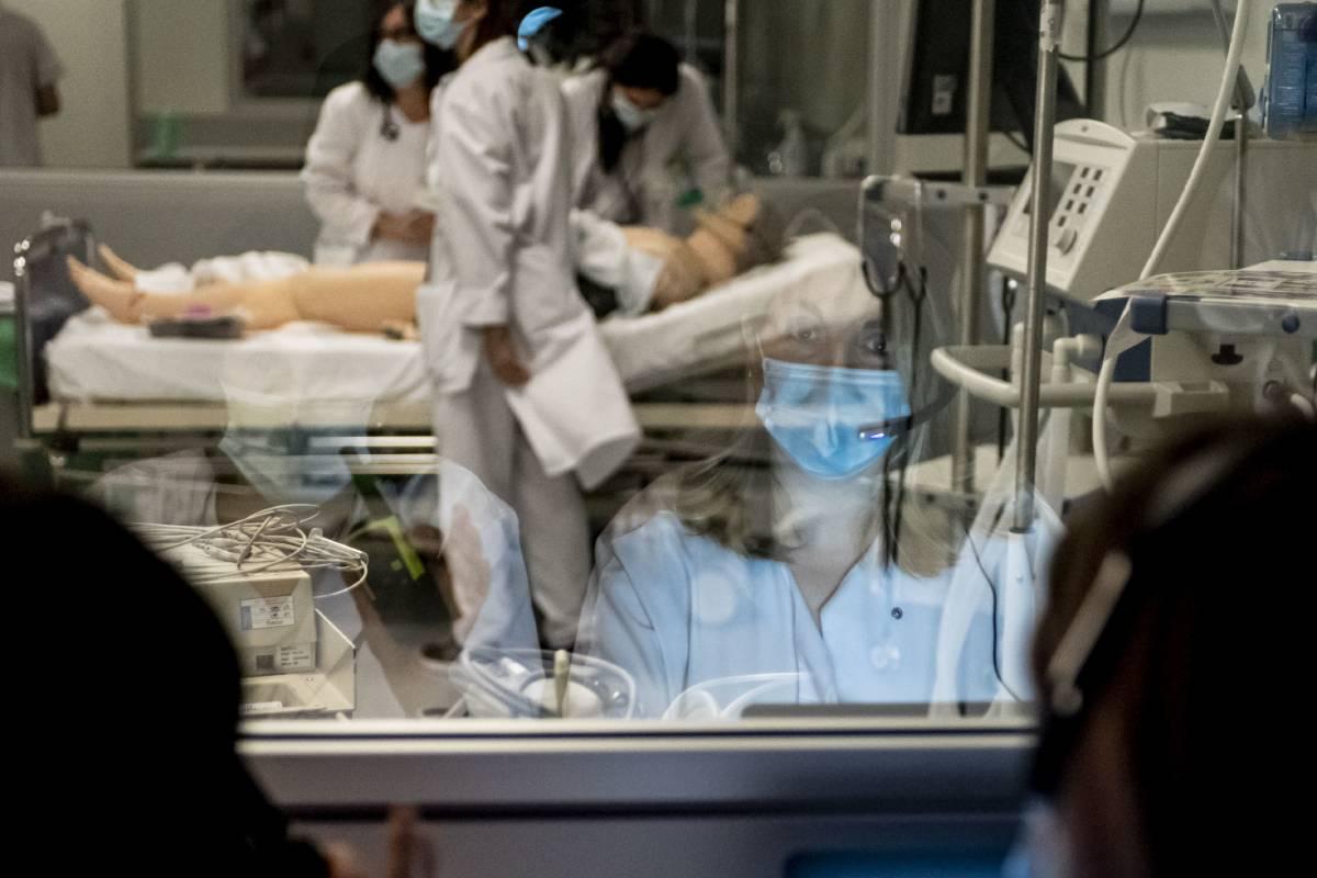 Una de las tutoras del Hospital Universitario Fundación Alcorcón supervisa la simulación clínica de profesionales y residentes del hospital (Foto: José Luis Pindado)