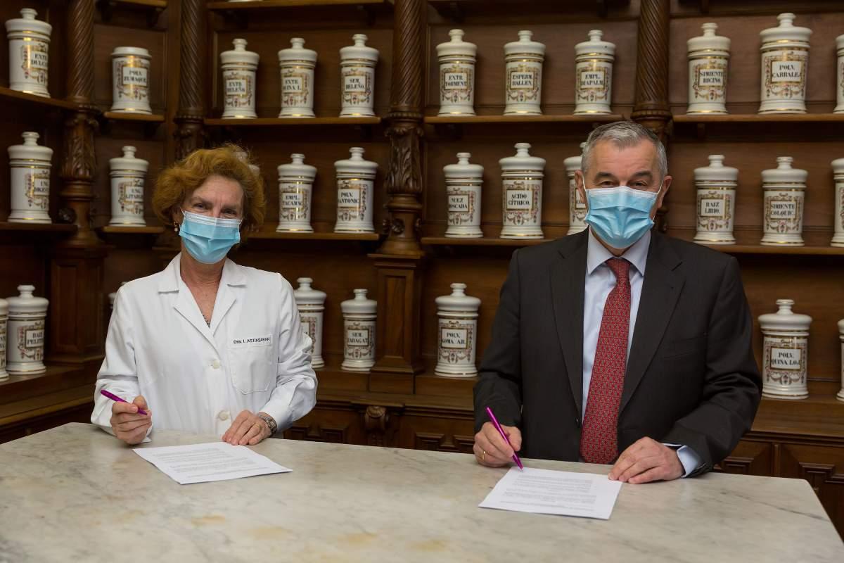 Iciar Astiasarán, vicerrectora de Investigación de la Universidad de Navarra, y Dámaso Molero, CEO de 3P Biopharmaceuticals, durante la firma del convenio.