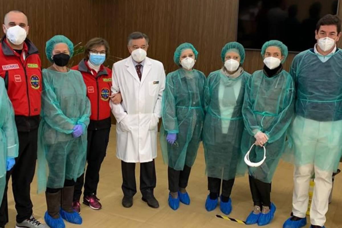 Luis González Díez, presidente del COF de Madrid, en el centro, acompañado por farmacéuticos, enfermeros y médicos.