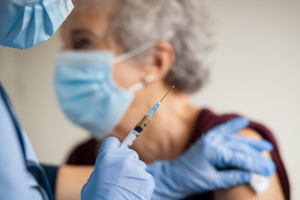 El Ministerio de Sanidad se ha marcado el objetivo de haber vacunado a un 70% de la población en verano.