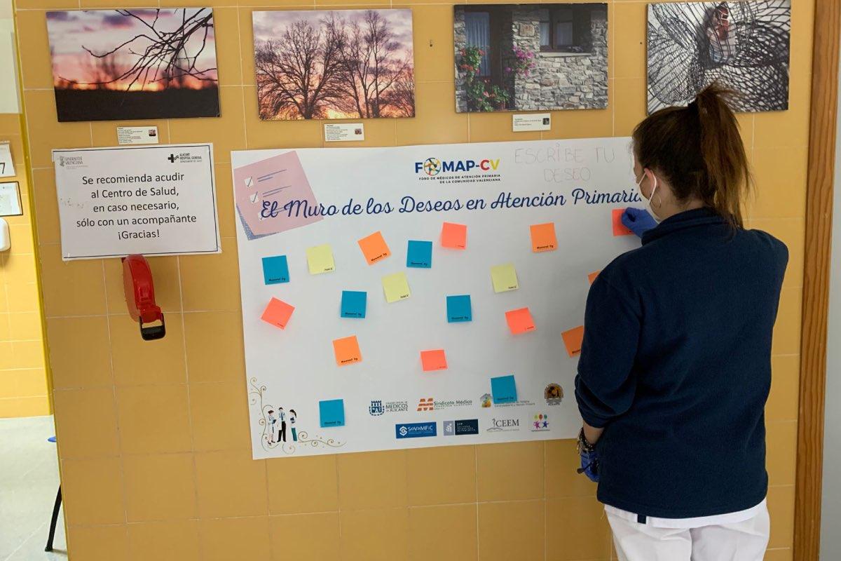 """El Foro de AP de la Comunidad Valenciana ha colocado un """"muro de los deseos"""" en los centros de salud para que médicos y pacientes dejen sus peticiones para el nivel (FOTO: COMA)."""