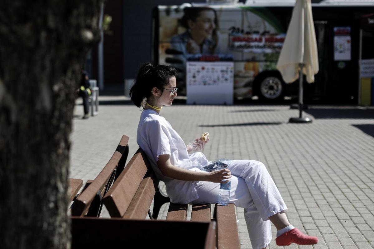 Una profesional sanitaria hace un descanso a las puertas del hospital durante la primera ola de la pandemia.