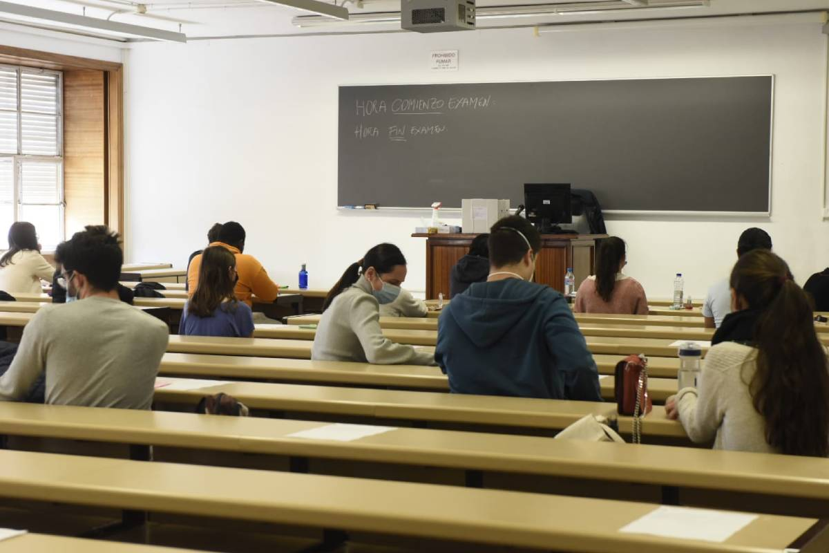 Dentro del aula las medidas anti-covid obligaron a guardar la distancia interpersonal. Fotos: José Luis Pindado/Luis Camacho.