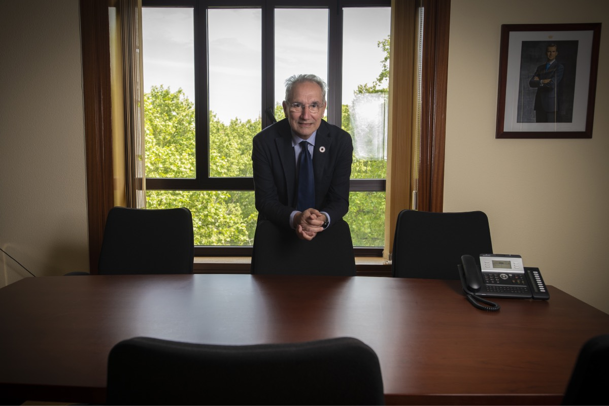 Vicenç Mart�nez, ante una ventana abierta al Paseo del Prado, en el despacho de la Dirección General de Ordenación Profesional que ocupa desde noviembre (FOTO: Mauricio Skrycky).