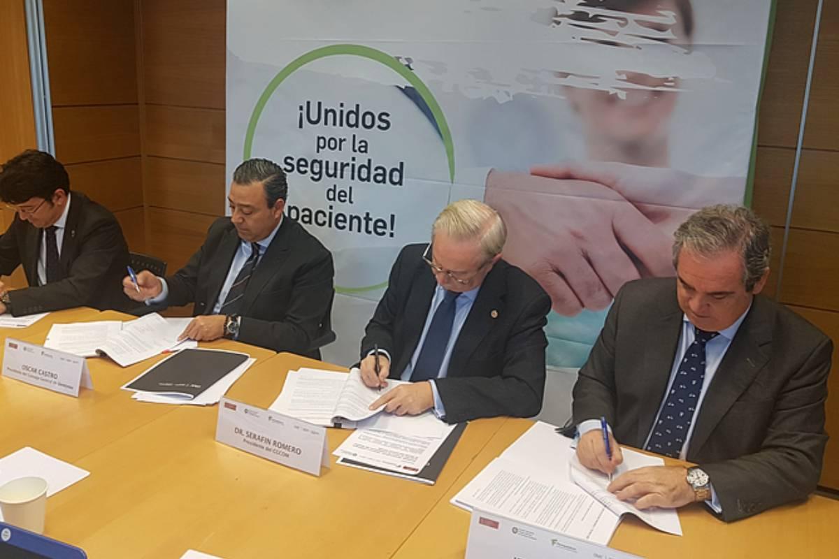 Dentistas, farmacéuticos, médicos y podólogos firmando el marco de colaboración del sistema de receta electrónica privada en diciembre de 2019.