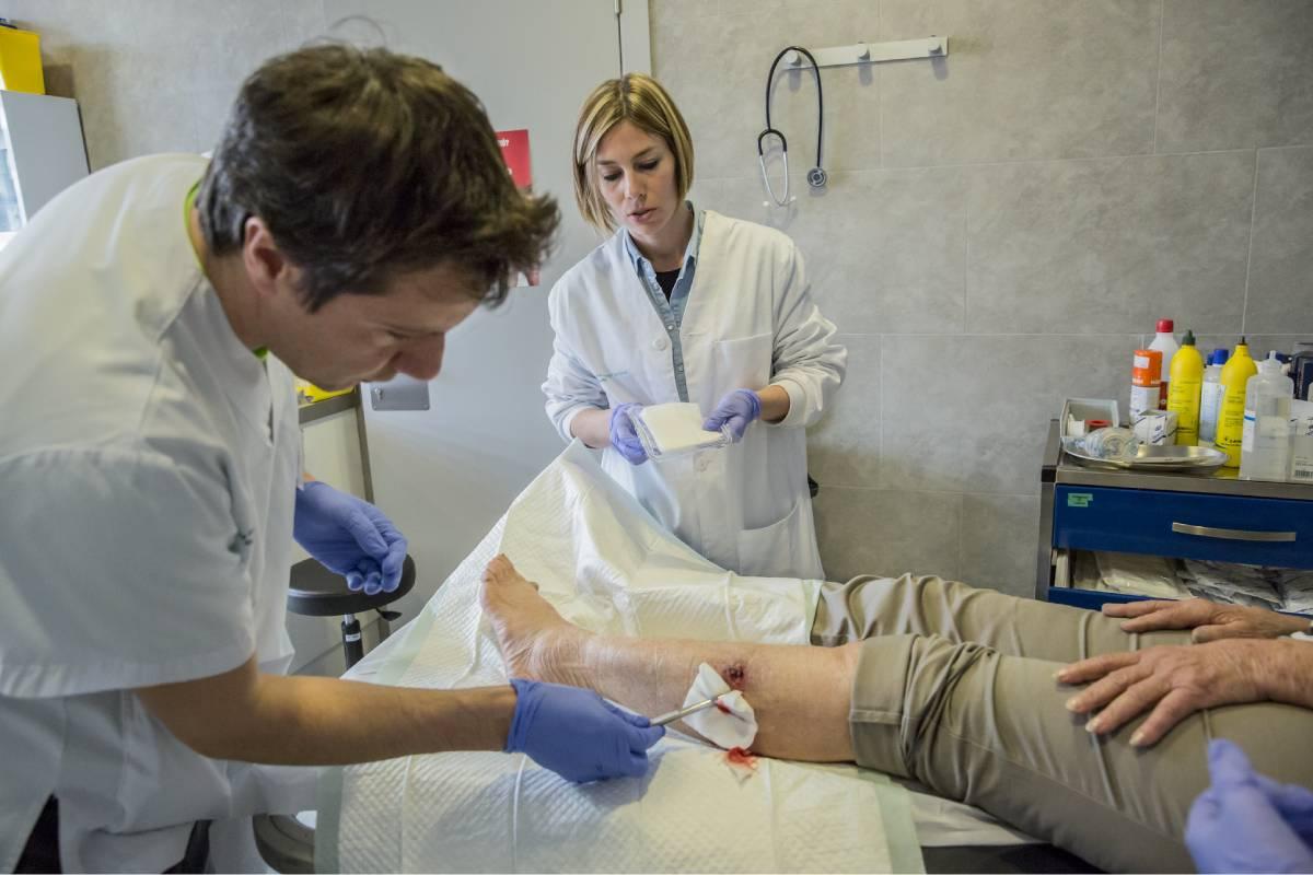 Enfermeras de atención primaria realizando una cura. FOTO: Ariadna Creus y Ángel García (banc Imatges Infermeres).