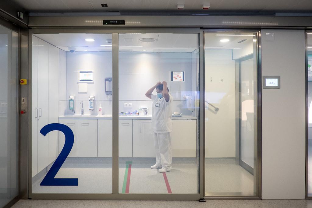 El Colegio Oficial de Enfermería de Valencia (COEV) ha solicitado a la Consejería de Sanidad que renueve todos los contratos de refuerzo para la atención de la pandemia de la covid-19 al menos hasta el 31 de diciembre de 2021. FOTO: Ariadna Creus y Ángel García (Banc Imatges Infermeres).