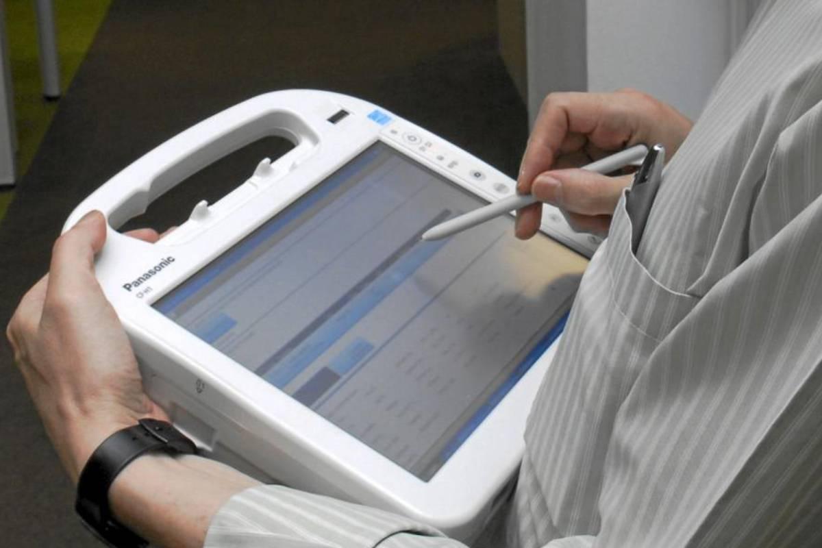 La anotación en la historia clínica ocupa parte del tiempo de asistencia.