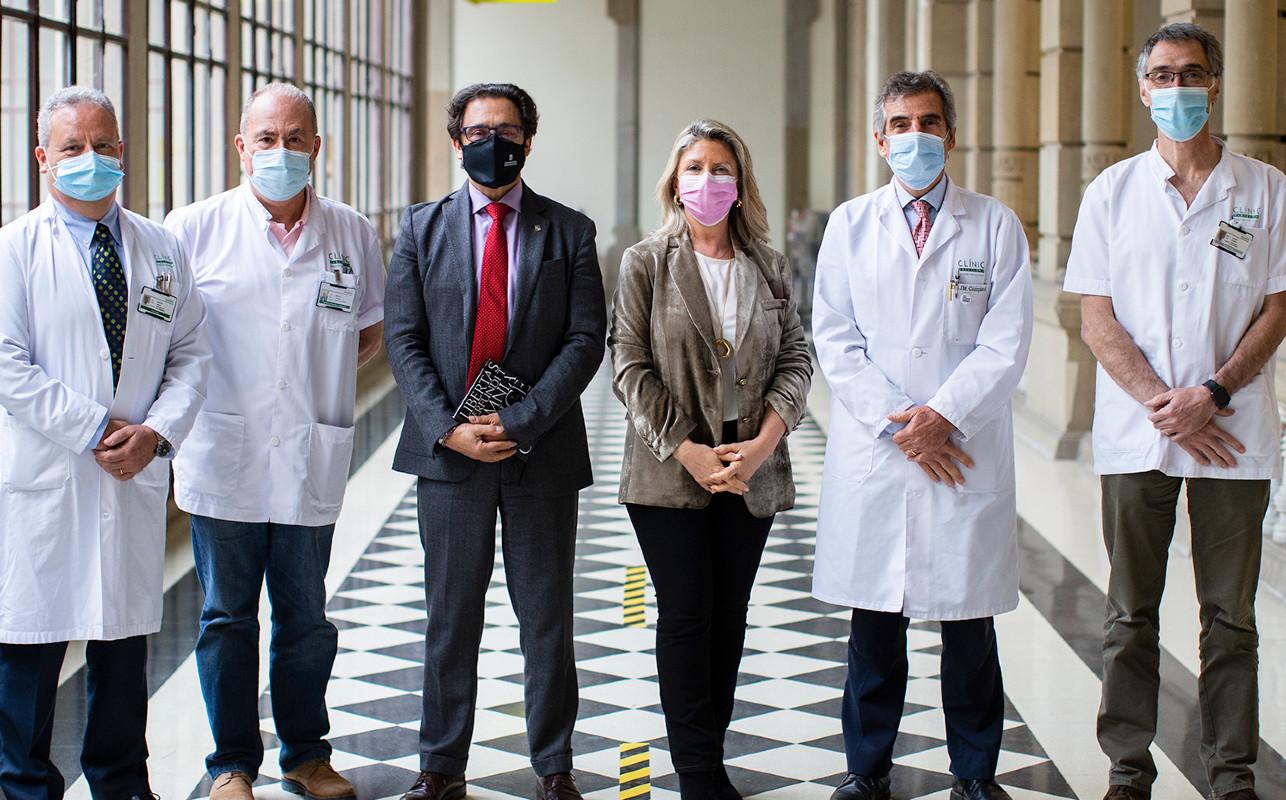 María Río, directora general de Gilead, flanqueada por los doctores Josep Mallolas, Antoni Trilla, Joan Guardia, Josep M. Campistol y Antoni Castells, tras la renovación del acuerdo entre la compañía y la UB.