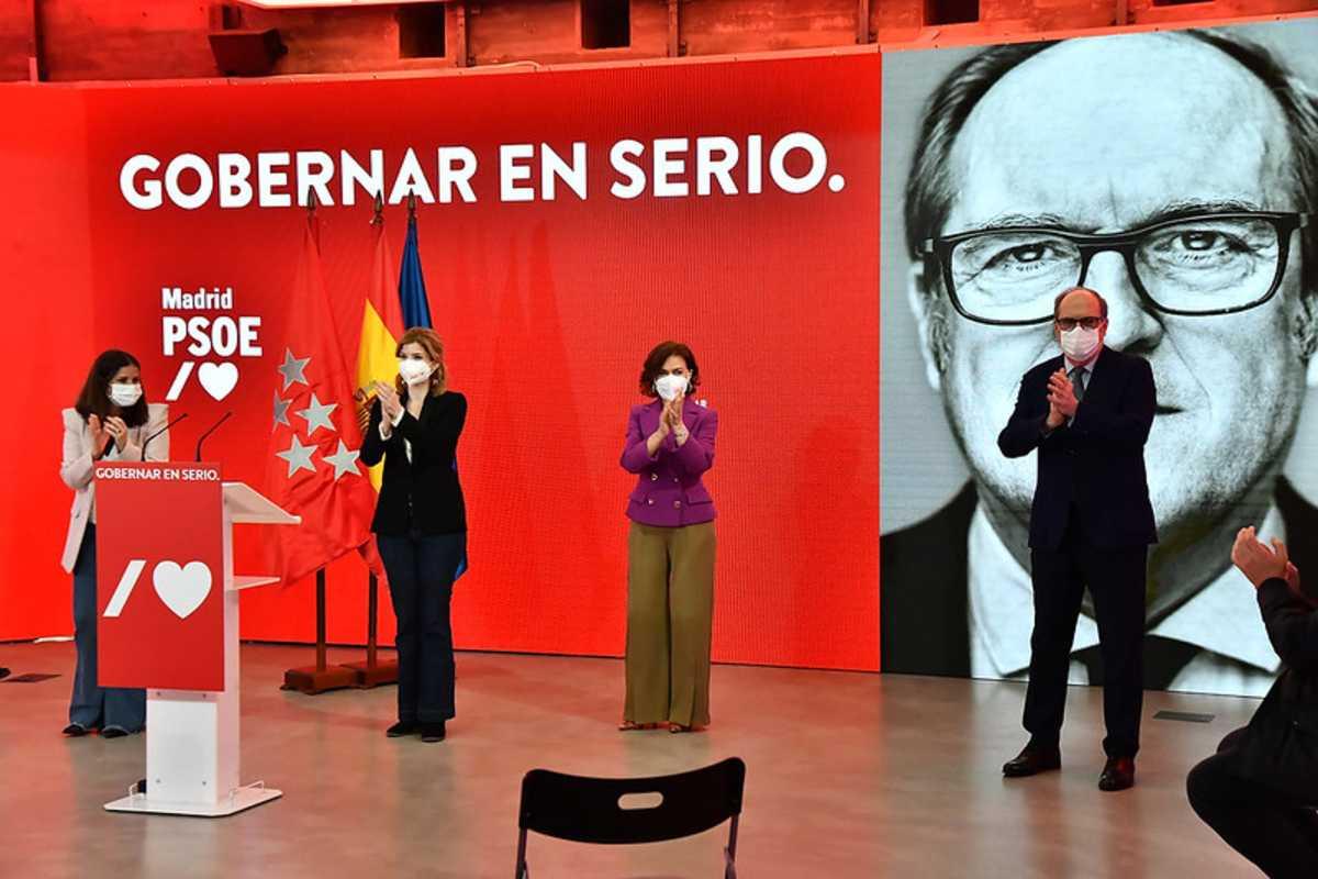 El candidato socialista a la presidencia de Madrid, Ángel Gabilondo, en uno de sus actos de campaña junto al equipo del PSOE.