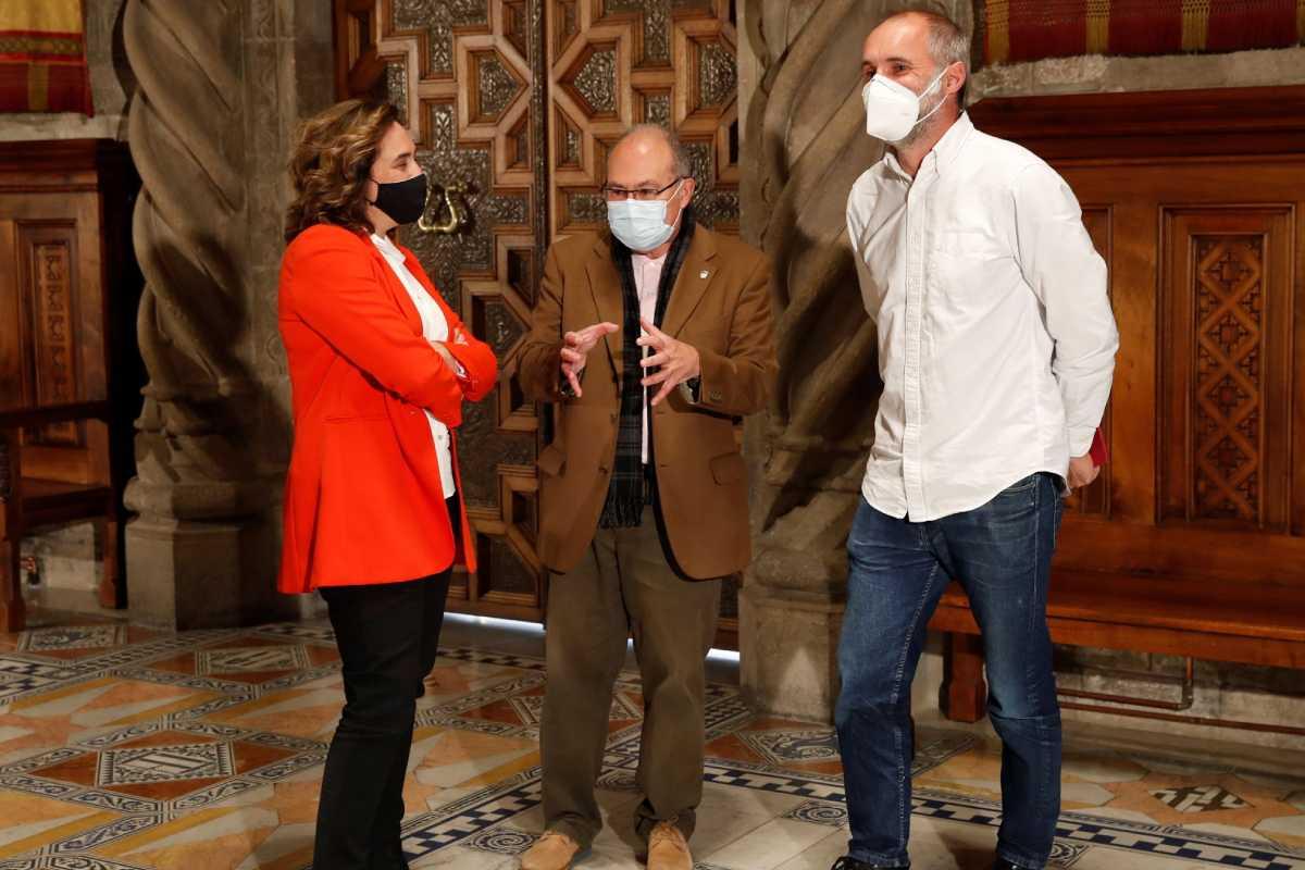 La alcaldesa Ada Colau con el epidemiólogo Antoni Trilla y el presidente de Médicos sin Fronteras, David Noguera. Foto: EFE
