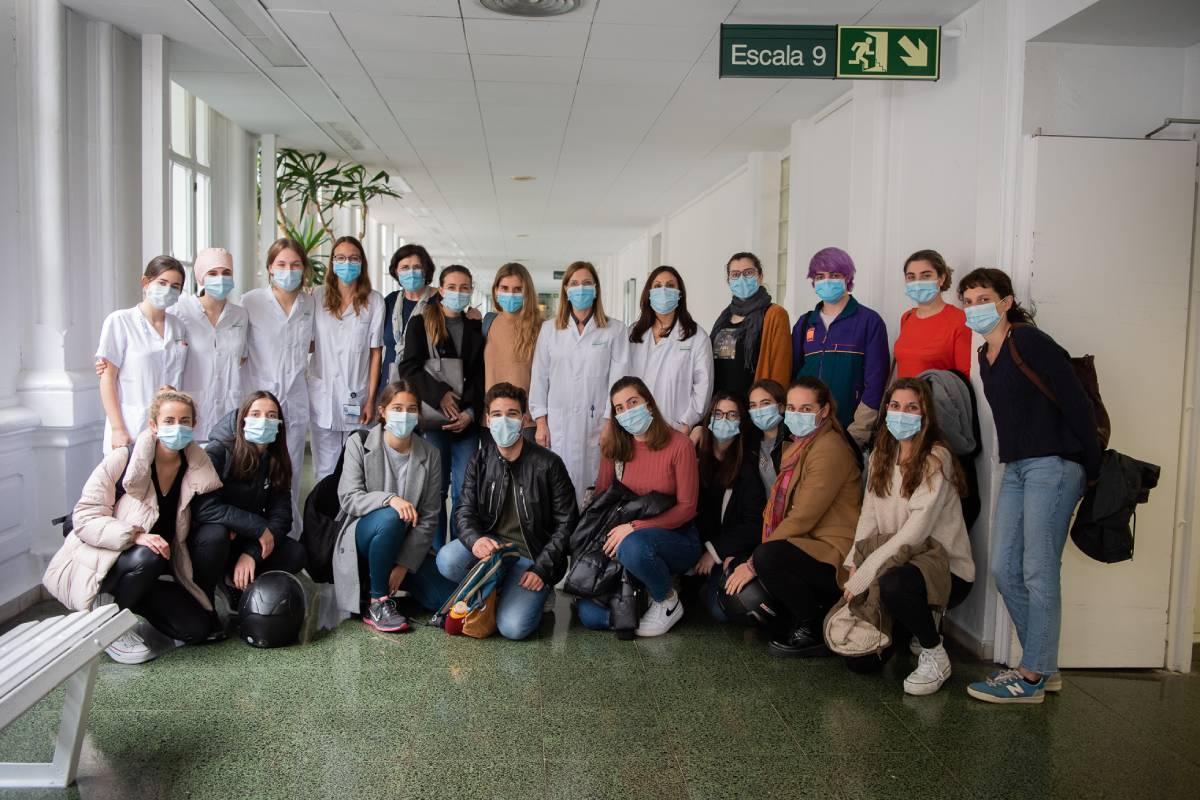 Grupo de estudiantes de Enfermería la Universidad de Barcelona que participaron en el estudio 'Experiencias de estudiantes de Enfermería como ayuda sanitaria durante la pandemia de la covid-19 en España: un estudio de investigación fenenológica'.