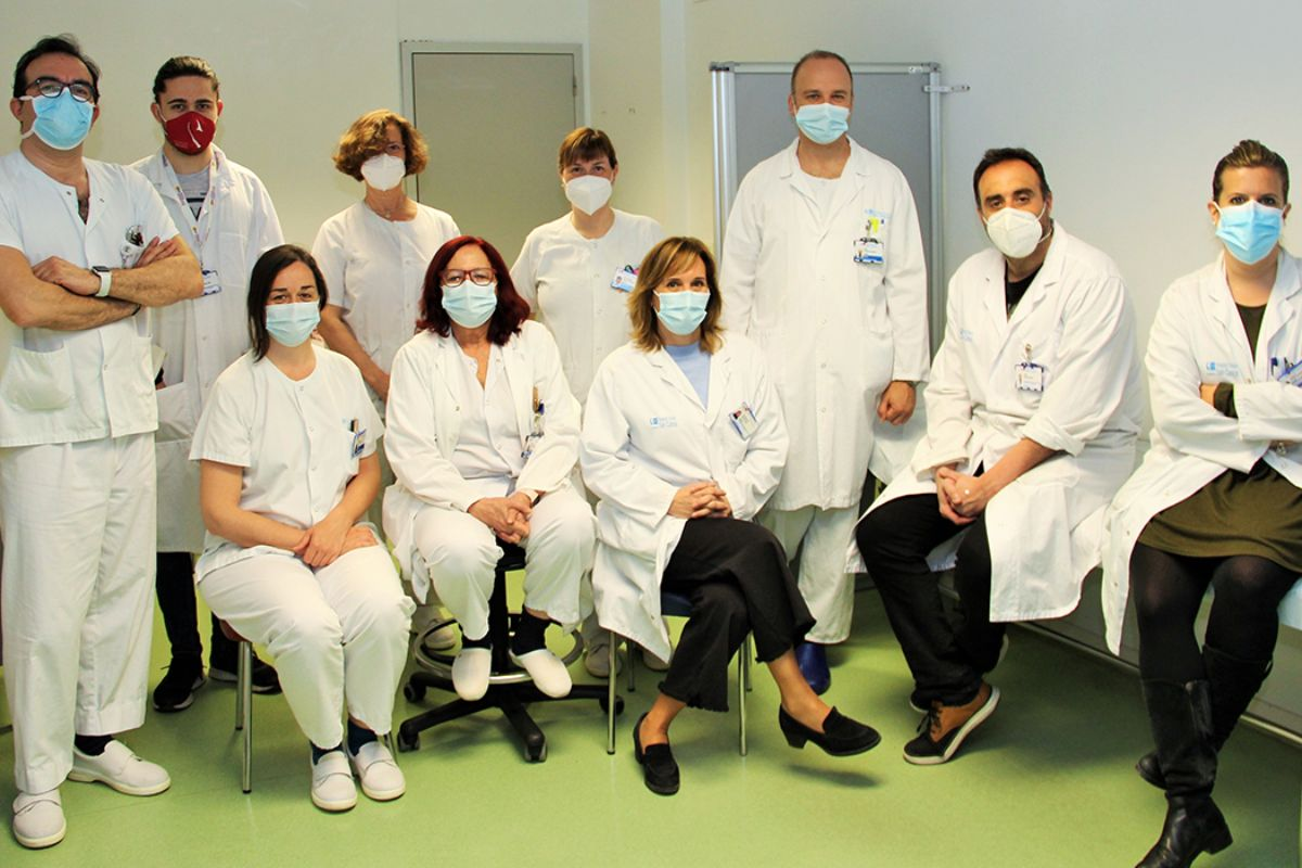 Dulcenombre Gómez Garre, sentada, en el centro de la imagen, junto al equipo que ha iniciado el ensayo. FOTO: HUCS.