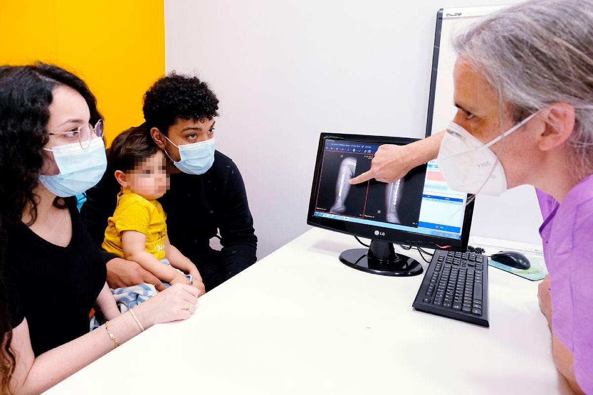 Francisco Soldado, jefe del Servicio de Cirugía en Traumatología y Ortopedia Pediátrica del Hospital HM Nens, durante una consulta con Isaac y sus padres. FOTO: HM Hospitales.