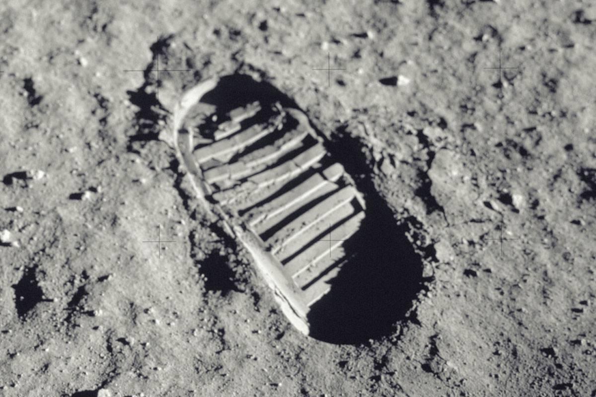Huella del hombre en la luna.