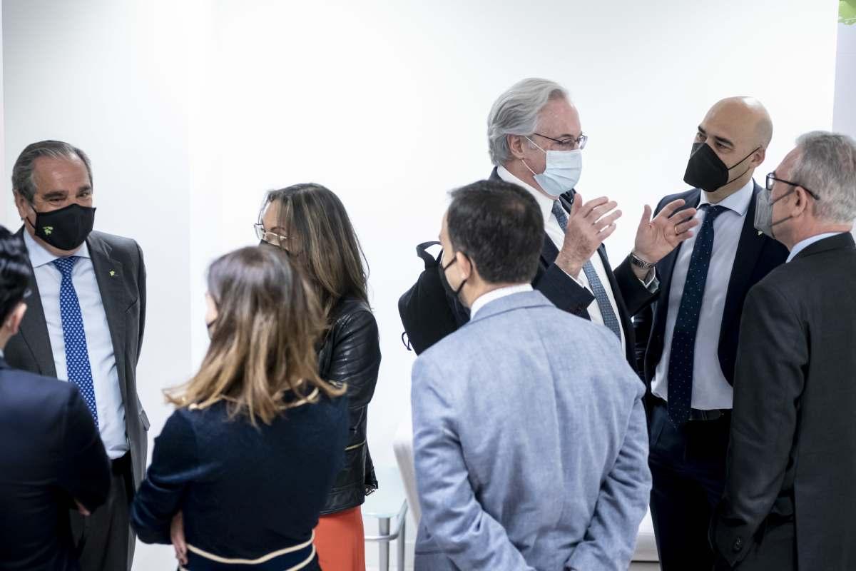 En sendos corros, Jesús Aguilar, presidente en funciones del Consejo de COF, y Sergio Marco, presidente del COF de Castellón, el pasado 7 de abril tras presentar sus candidaturas. / JL. Pindado.