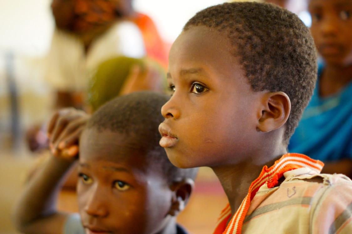 Entre los compromisos de Sanofi está mejorar el acceso a 30 de sus medicamentos esenciales para enfermedades cardiovasculares, diabetes, tuberculosis, malaria y cáncer, y donar 100.000 viales anuales de medicamentos para enfermedades de depósito lisosomal.