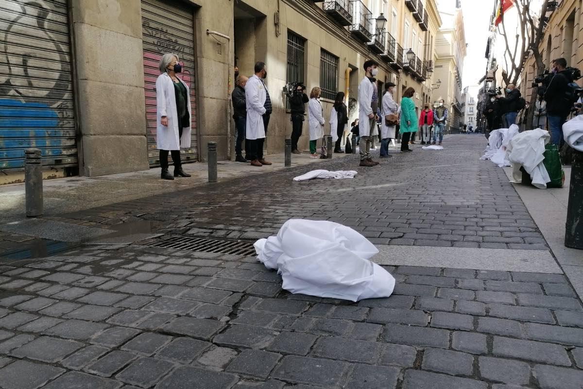 Batas blancas tiradas en el suelo simbolizando el abandono de la primaria, durante la protesta organizada hoy por Amyts ante la puerta de la consejería madrileña (FOTO: Amyts).