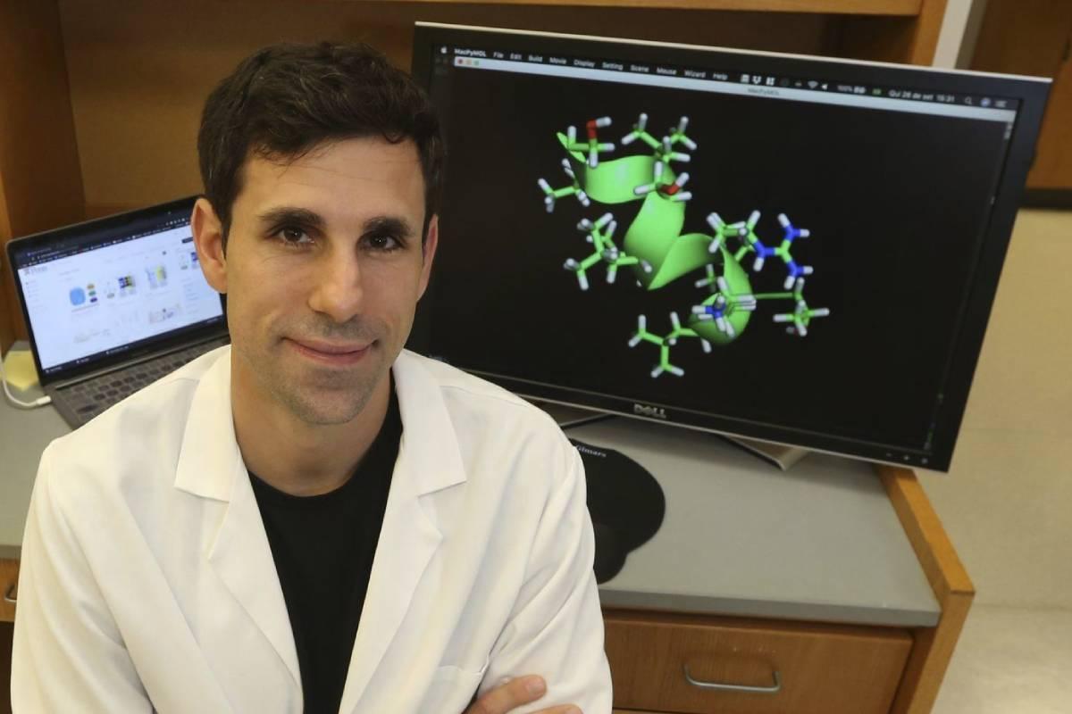 El biotecnólogo César de la Fuente, en su laboratorio de la Universidad de Pensilvania