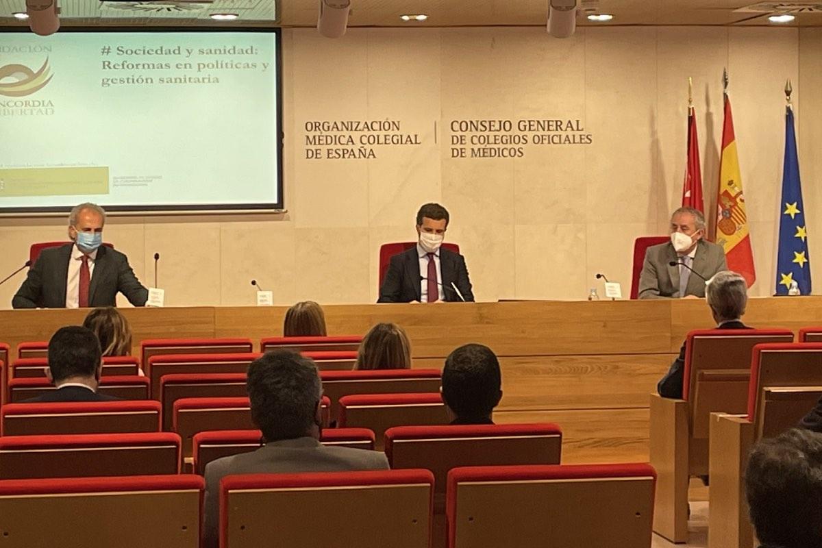 Pablo Casado, flanqueado por Enrique Ruiz Escudero (derecha) y el presidente de la OMC, Tomás Cobo, hoy en la sede colegial (FOTO: Fundación Concordia y Libertad).