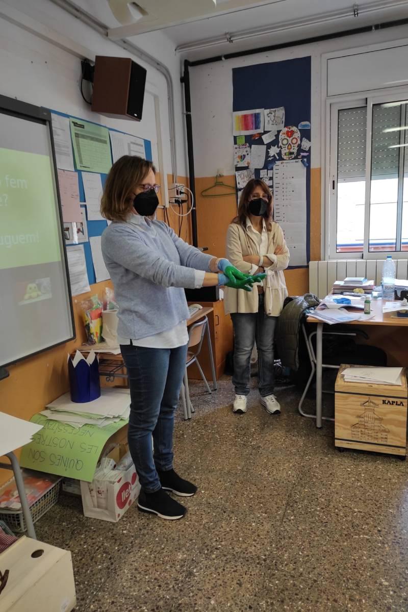 Las farmacéuticas Laura Gomá y Pilar Bladé, en un momento de la charla.