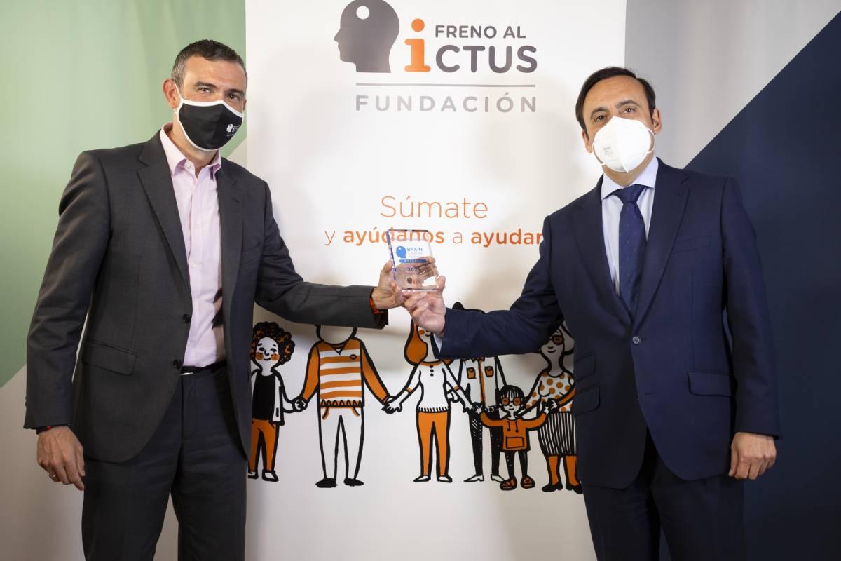 Julio Agredano, presidente de la Fundación Freno al Ictus, y Eduardo Pastor, presidente de Cofares, tras la firma del acuerdo.
