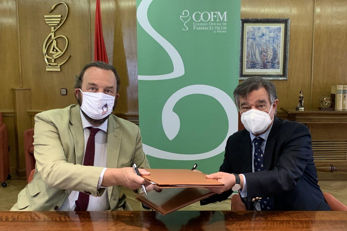 Bosco Torremocha, director de la Fundación Alcohol y Sociedad, y Luis González, presidente del COF de Madrid, durante la firma del convenio.