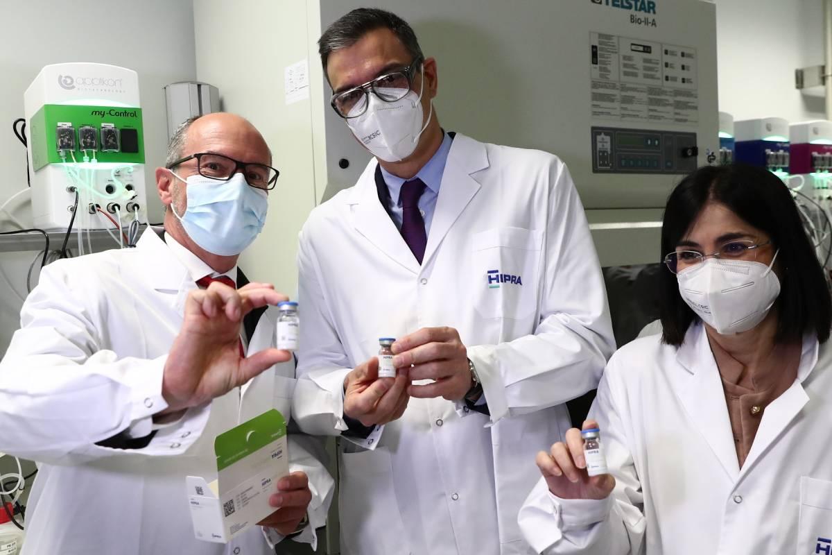 David Nogareda, CEO de Hipra, junto al presidente del Gobierno, Pedro Sánchez, y la ministra de Sanidad, Carolina Darias