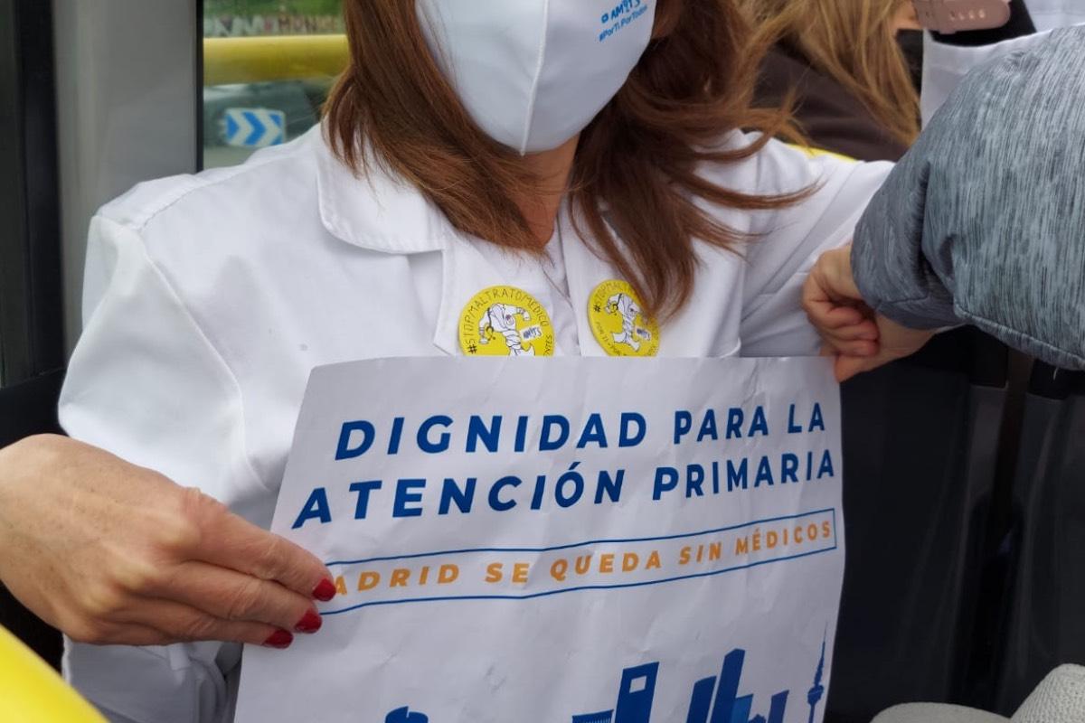 Una médico de Familia de Madrid sostiene un cartel reivindicativo durante los actos del 12 de abril, con motivo del Día Nacional de Primaria (FOTO: Amyts).