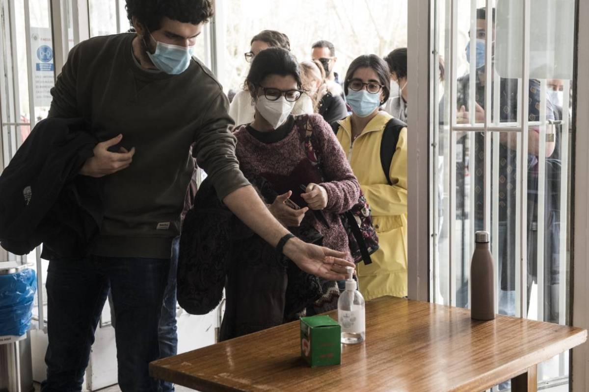 Candidatos del examen MIR 2021 limpiándose las manos antes de entrar en el aula del examen (Foto: Luis Camacho)