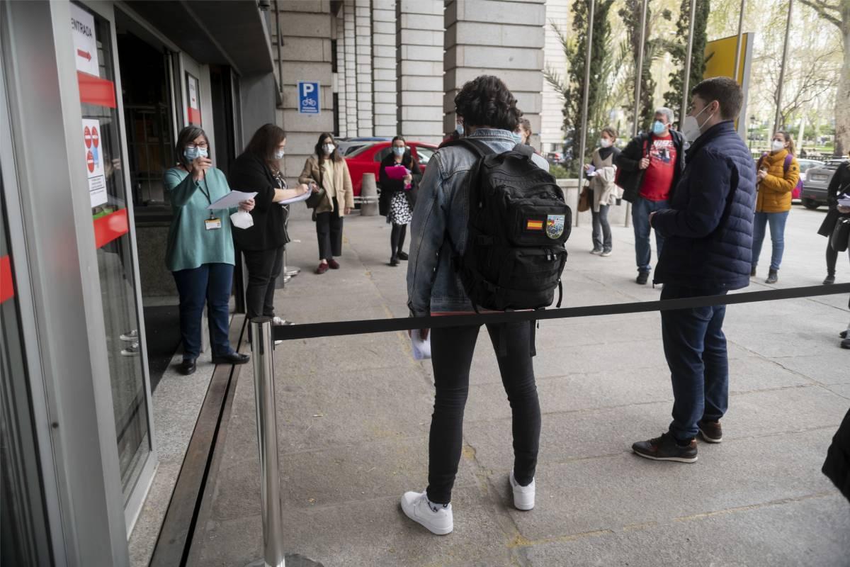 Candidatos del examen MIR 2021 entrando al Ministerio de Sanidad, una de las sedes de la prueba (Foto: José Luis Pindado)