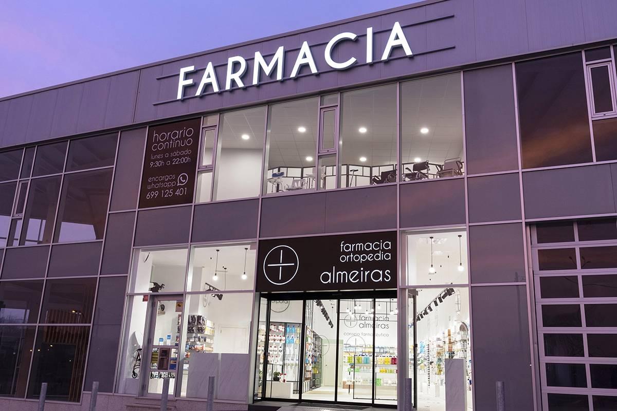 La Farmacia Almeiras tiene 250 m2 de superficie repartidos en dos plantas, 12 metros lineales de fachada y un aparcamiento para los clientes. Foto: Aqtue.