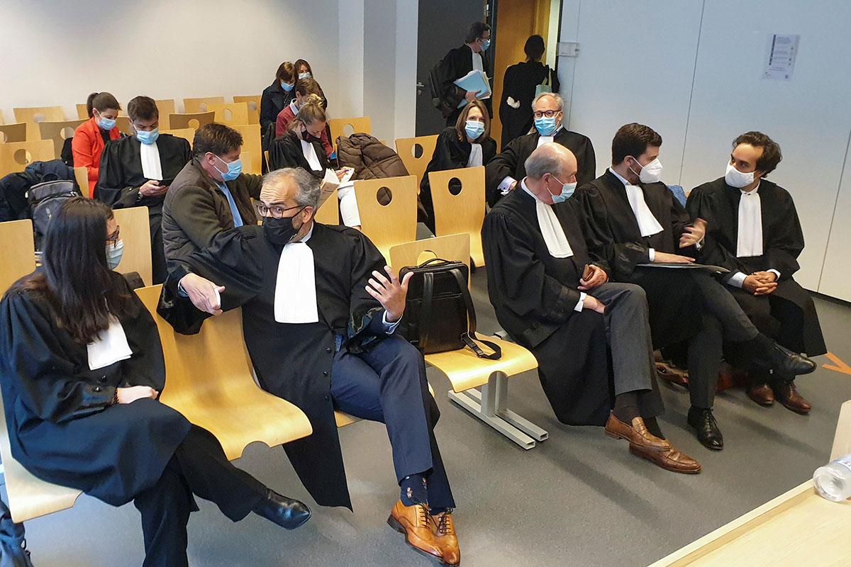 Los abogados de la farmacéutica AstraZeneca, Clemence Van Muylder y Hakim Boularbah, por un lado, y los de la Comisión Europea Paul Alain Foriers, Charles-Edouard Lambert y Rafael Jafferali, en la primera vista el juicio de la UE contra AstraZeneca, en una sala de la Corte de Justicia Belga, en Bruselas, el 28 de abril de 2021.